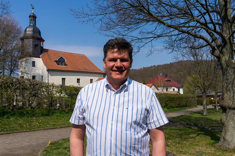 Gerrit Häcker in Seebach vor der Kirche der Gemeinde