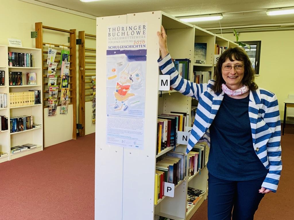 Bibliothekarin Claudia Herrmann steht in der Gemeindebibliothek Seebach am Bücherregal