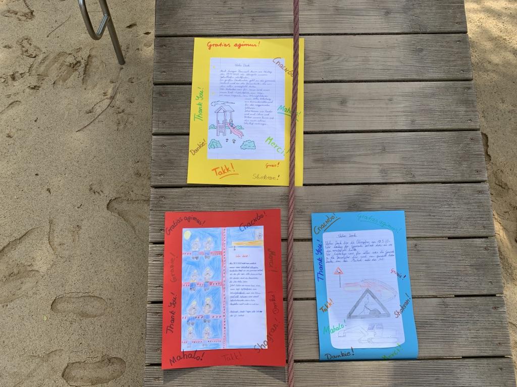 Drei Plakate, die von Kindern gestaltet wurden.