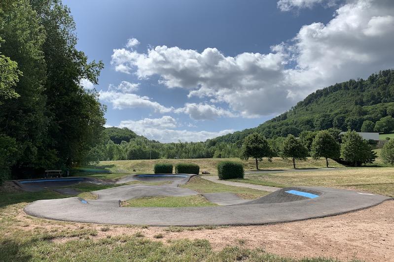 Blick auf den Pumptrack am Sportplatz in Seebach bei tollem Sommerwetter.