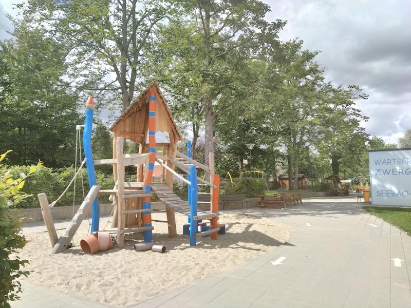 Ein moderner Holz-Kletterturm auf dem Spielplatz der Kindertagesstätte in Seebach.