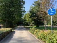 Sanierter Radweg am Ortseingang von Seebach mit Beschilderung Rad- und Fußweg.