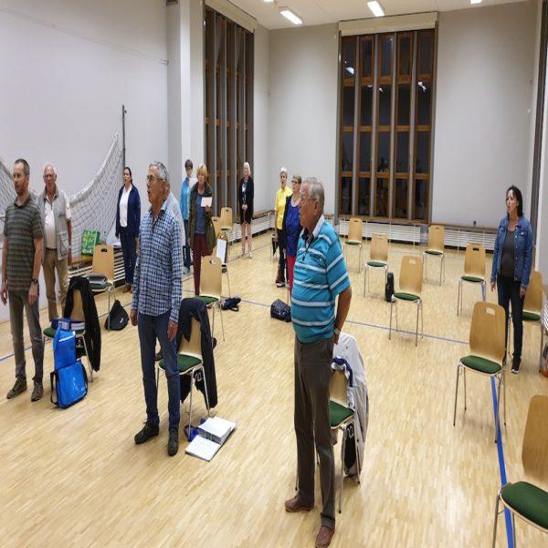 Die Sänger des Gemischten Chor Seebach proben mit Abstand zueinander im Seebacher Klubhaus.