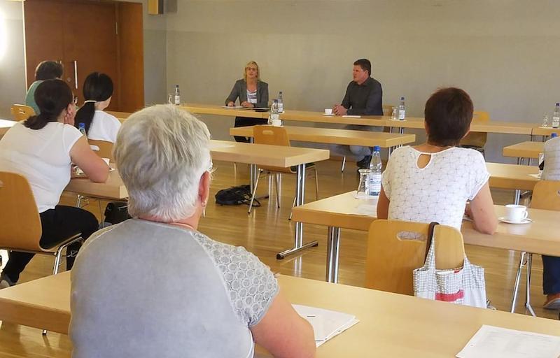 Sabine Neubert und Gerrit Häcker sitzen am Rednertisch und begrüßen die Gäste im Bürgerzimmer des Klubhaus' Seebach.