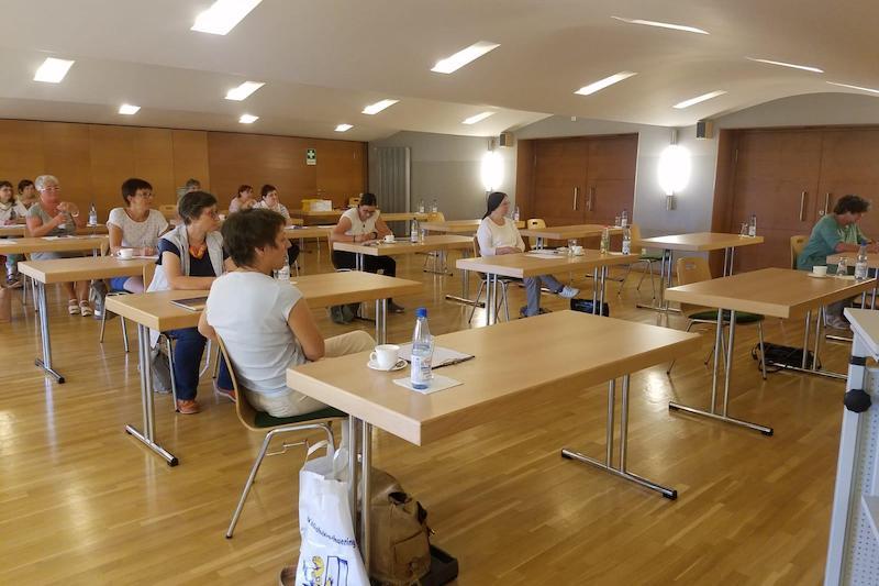Blick in das Bürgerzimmer im Klubhaus Seebach. Die Bibliothekarinnen sitzen alle einzeln an jeweils einem Tisch.