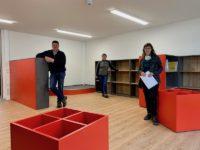 Claudia Herrmann, Bürgermeister Gerrit Häcker und Katrin Zarate stehen im Kinderbereich der Gemeindebibliothek Seebach