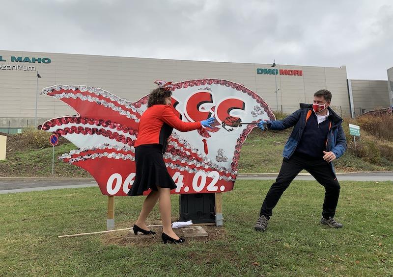 Jenny Friedrich und Bürgermeister Gerrit Häcker stehen vor der Narrenkappe für die 49. Karnevalsaison in Seebach