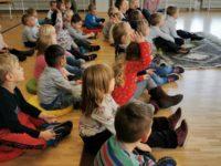 Kindergartenkinder auf Sitzkissen lauschen gespannt dem Märchenerzähler im Klubhaus Seebach.