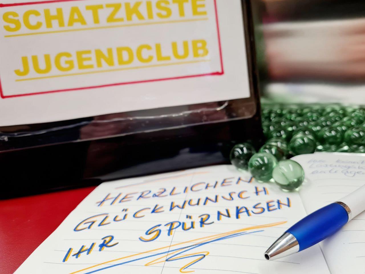 Blick in das Logbuch und auf die Schatzkiste der Schatzsuche vom Jugendclub in Seebach